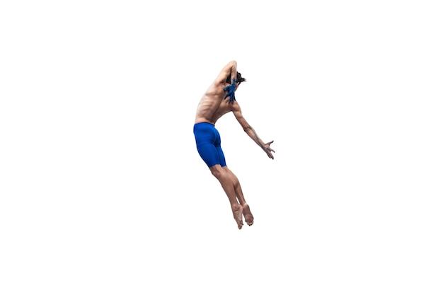 Geben. männlicher moderner balletttänzer, kunst-contemp-performance, blaue und weiße kombination von emotionen. flexibilität, anmut in bewegung, aktion auf weißem hintergrund. mode und schönheit, artwork-konzept.