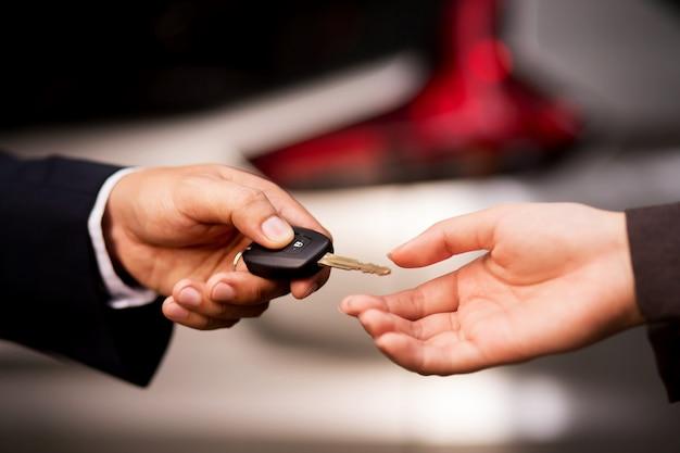 Geben sie einem käufer einen autoschlüssel