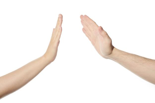 Geben sie fünf hände geste, weißer, isolierter hintergrund. mann und frau schlagen sich die hände, high five