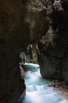 Gebirgsfluss fließt durch felsige höhle in partnachklam, deutschland