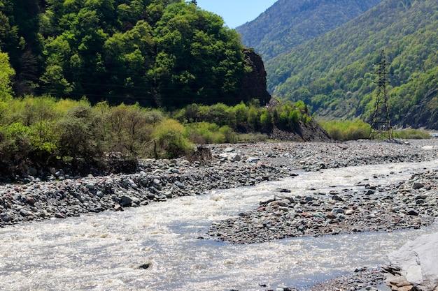Gebirgsfluss in den kaukasischen bergen