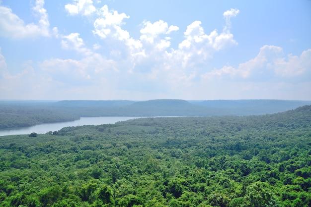 Gebirgsfluss in der natur auf hintergrund des blauen himmels