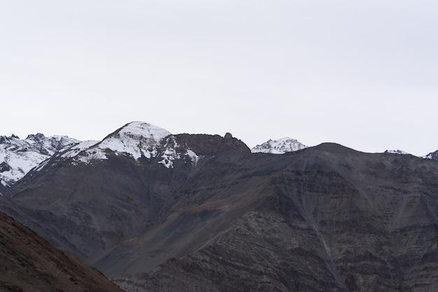 Gebirgshügel mit bewölktem tag in leh ladakh