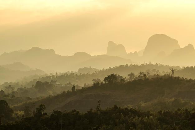 Gebirgshügel und felder und reservoirs von ländlichen dörfern in thailand