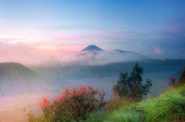 Gebirgslandschaft mit nebel
