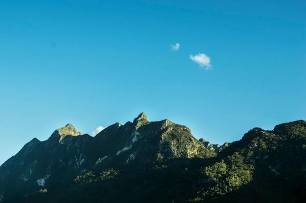Gebirgsnatur-grüner blauer himmel