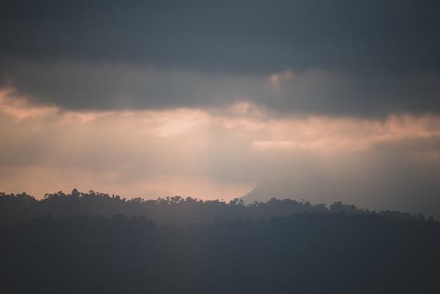Gebirgsschichtsonnenuntergang, tropische waldlandschaftsansicht, nationalpark khao yai