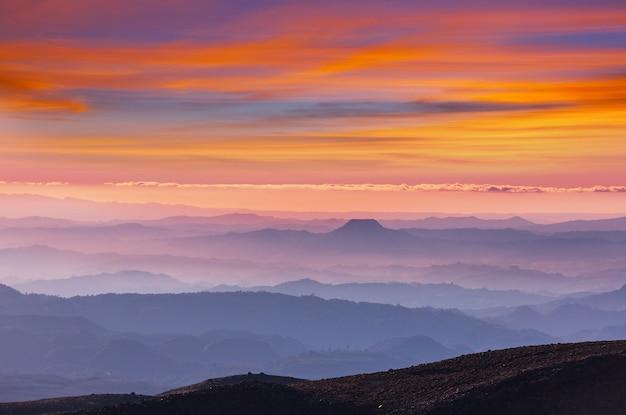 Gebirgssilhouette bei sonnenaufgang. schöne naturlandschaft.