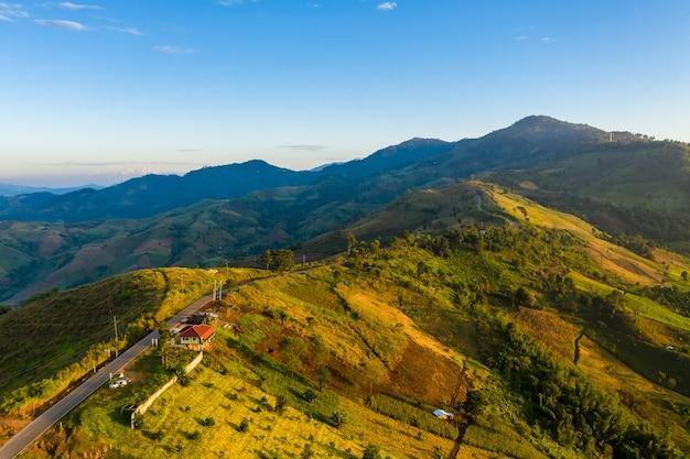 Gebirgsstraßenverbindung der hintergrund der stadt und des blauen himmels an morgenzeit chiang rai thailand