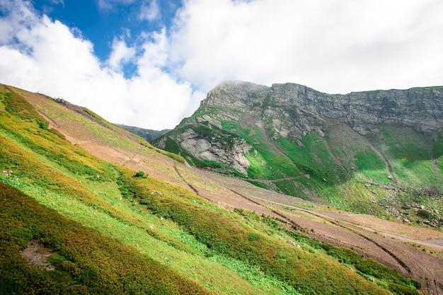 Gebirgstal landschaft. blick auf die grüne bergkette.