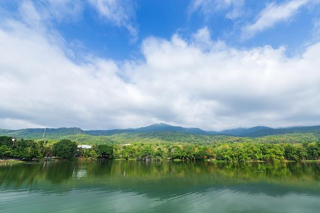Gebirgszugwald mit dem hintergrund des blauen himmels des reservoirs in ang kaew chiang mai university, thailand.
