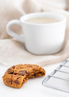 Gebissener keks und morgenkaffee
