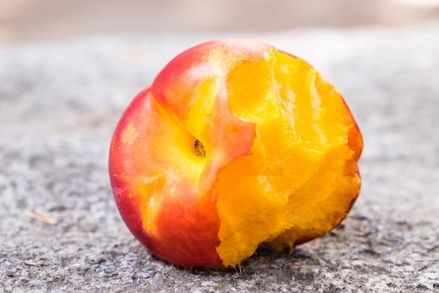 Gebissener pfirsich