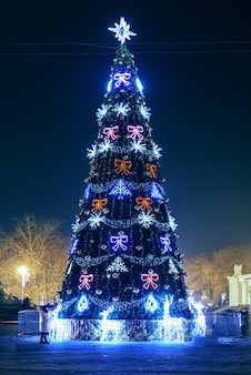 Geblähter blauer weihnachtsbaum mit bunten magischen lichtern