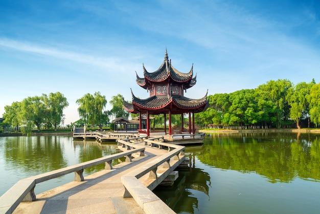 Gebogene brücke der chinesischen art neun