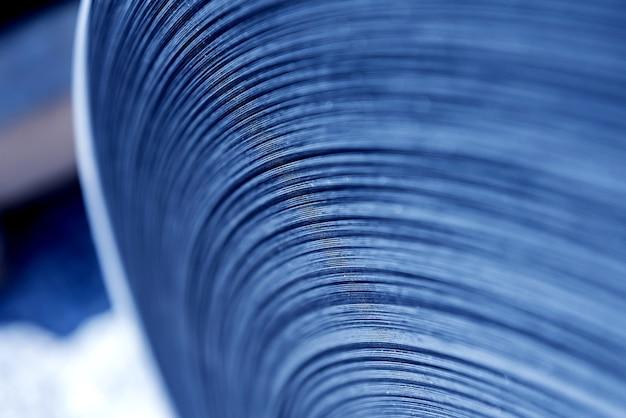 Gebogene linien aus gewalztem metall bestehen aus stahlblech