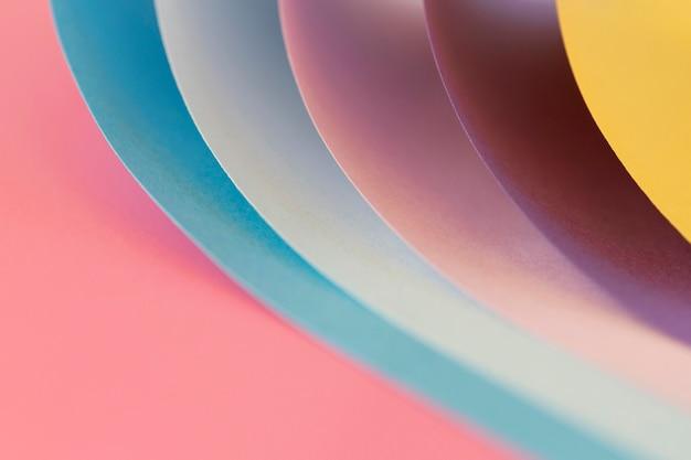 Gebogene schichten farbiger papiere in nahaufnahme