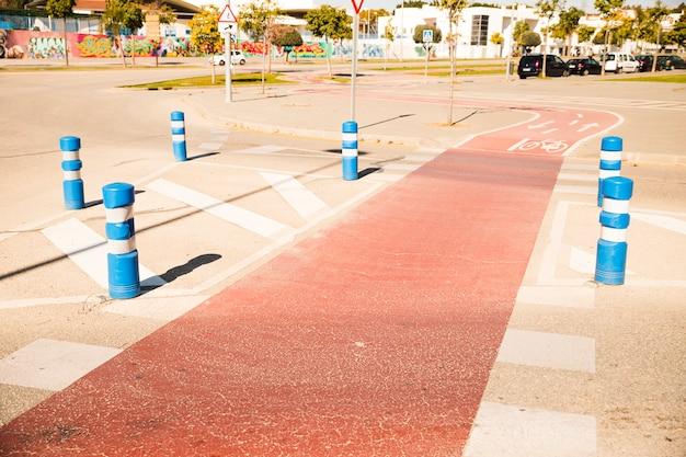 Gebogener fahrradweg im park