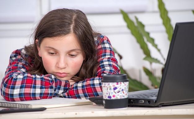 Gebohrte jugendliche erledigt ihre hausaufgaben