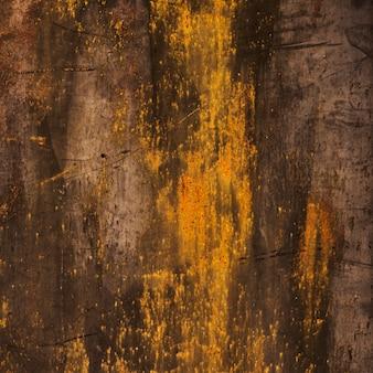 Gebrannte hölzerne beschaffenheit mit goldenen flecken
