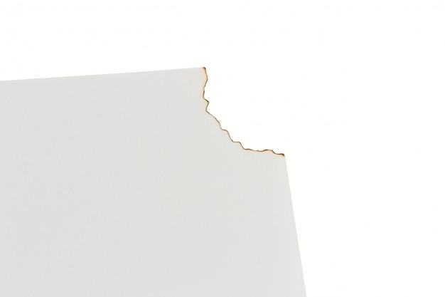 Gebranntes weißbuch auf einem weißen hintergrund. platz
