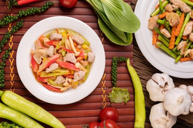 Gebraten mit paprika, schweinefleisch, krabbenstangen und pilzen