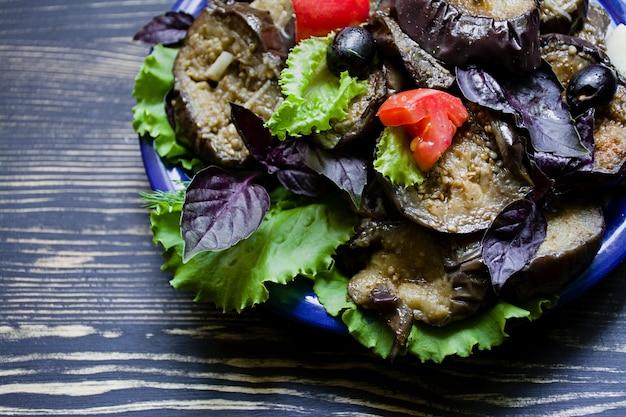 Gebratene aubergine mit frischem salat und gewürzen