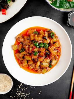 Gebratene auberginen und kartoffeln mit chilisauce