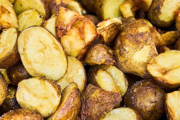 Gebratene babykartoffeln in einer bratpfannen-draufsicht