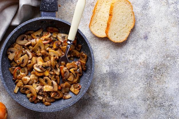 Gebratene champignons champignons in der pfanne