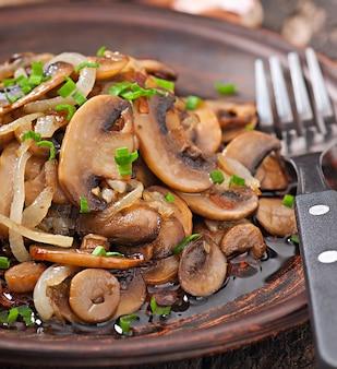 Gebratene champignons und zwiebeln