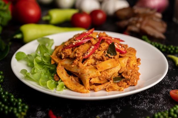 Gebratene curry-paste mit bambussprossen und gehacktem schweinefleisch umrühren