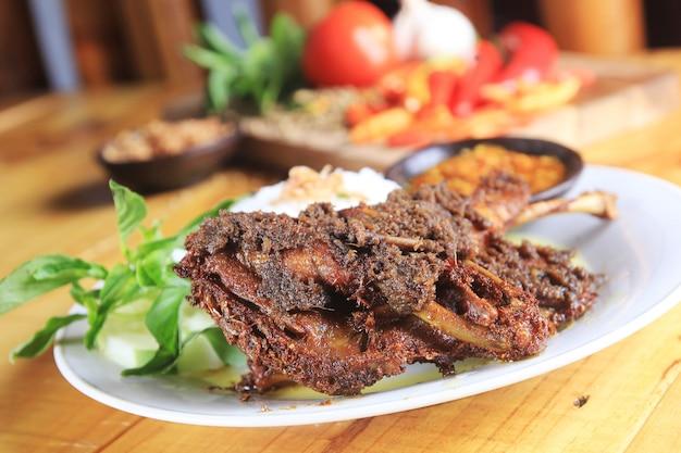 Gebratene ente typisch für indonesisches essen