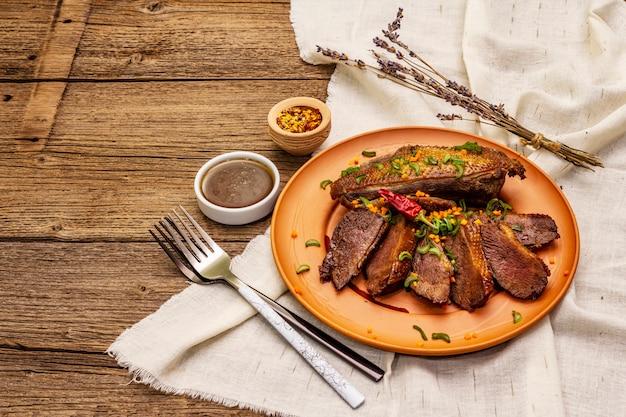 Gebratene entenbrust, gewürze und demi-glace-sauce. traditionelles französisches essen
