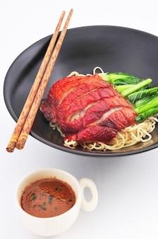Gebratene entennudeln mit sauce chinesischer küche