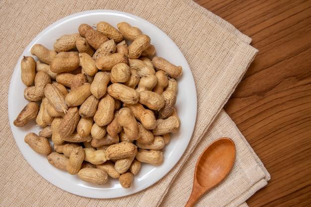 Gebratene erdnüsse auf dem tisch, bedeckt mit dem braunen stoff, passend für die werbung