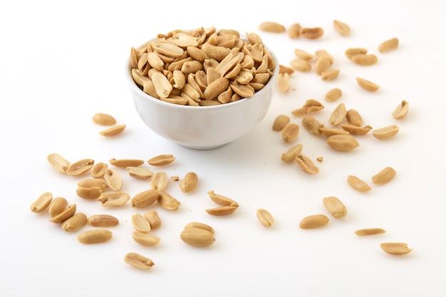 Gebratene erdnüsse und salz in einer schüssel