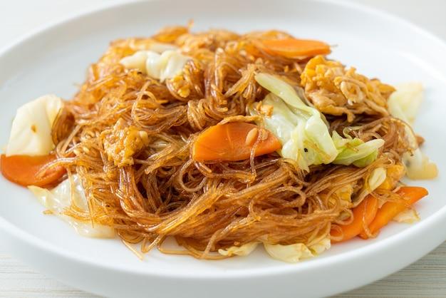 Gebratene fadennudeln mit kohl, karotten und ei rühren - vegane küche