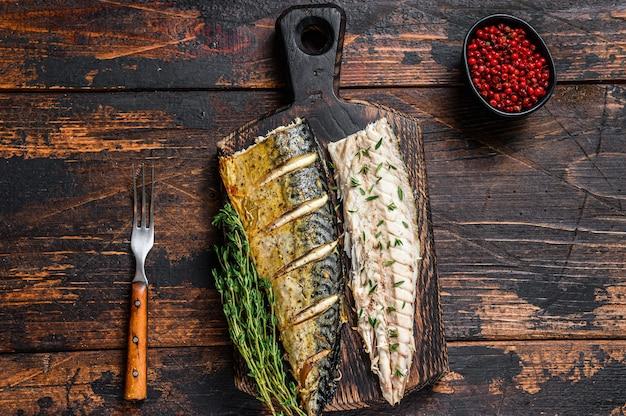 Gebratene filets von makrelenfischen auf schneidebrett.