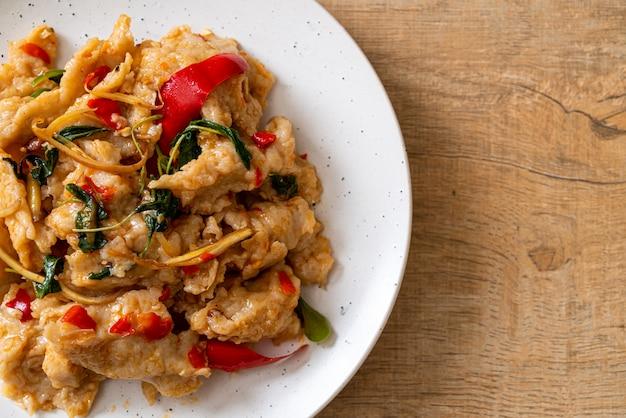 Gebratene fischbällchen mit chili umrühren