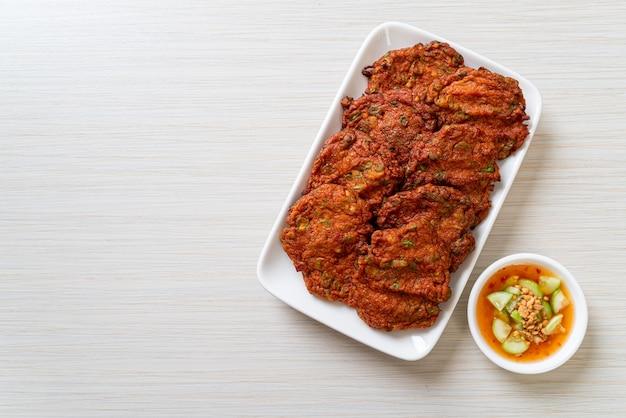 Gebratene fischpastenbällchen oder frittierter fischkuchen - asiatische art zu essen