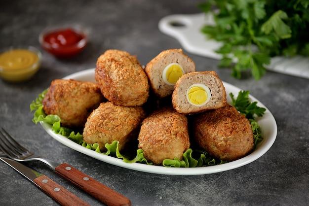 Gebratene fleischbällchen mit gekochtem wachtelei