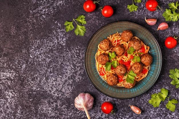 Gebratene fleischbällchen mit spaghetti