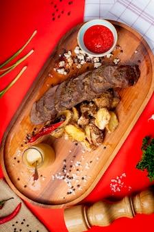 Gebratene fleischscheiben mit gebratener kartoffel und ketschup