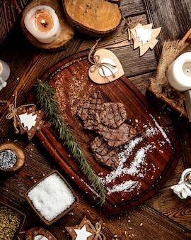Gebratene fleischscheiben mit salz