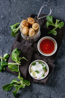 Gebratene frühlingsrollen mit sauce