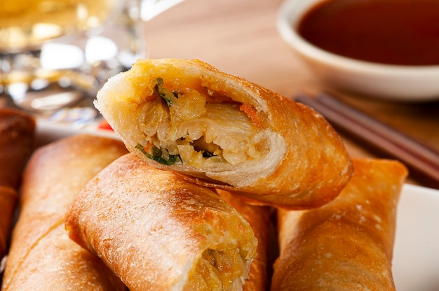 Gebratene frühlingsrollen. traditionelles asiatisches essen
