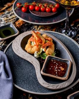 Gebratene garnelen serviert mit salat und sauce 1