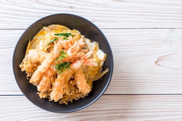 Gebratene garnelen tempura auf reisschale