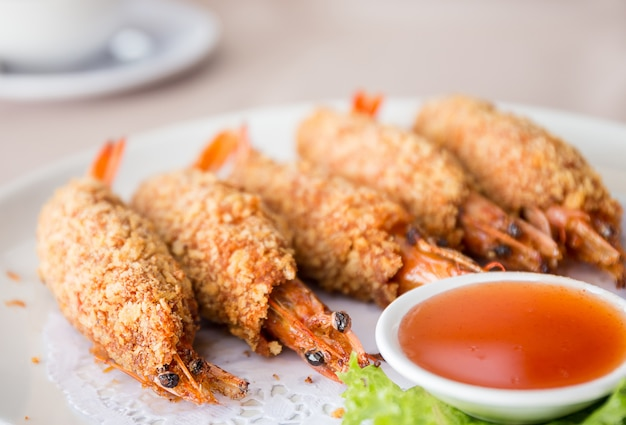 Gebratene garnelen, tod man kung, ist das berühmte thailändische essen